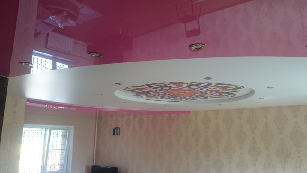 Белые натяжные потолки и цветная резинка фото